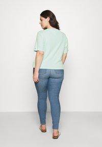 Tommy Jeans Curve - LINEAR LOGO TEE - Print T-shirt - aqua coast - 2