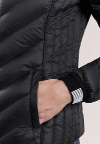 MICHAEL Michael Kors - SHORT PACKABLE PUFFER - Chaqueta de plumas - black - 5