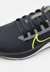 Nike Performance - AIR ZOOM PEGASUS 38 - Neutrala löparskor - grey/volt - 5