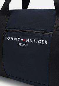 Tommy Hilfiger - ESTABLISHED DUFFLE BAG UNISEX - Sac week-end - blue - 3