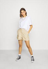 Levi's® - PLEATED UTILITY - Shorts - crisp - 1