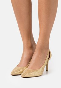 MICHAEL Michael Kors - CERSEI FLEX MID - Classic heels - pale gold - 0