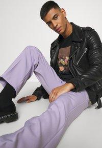 Mennace - SUNDAZE STRAIGHT FIT TROUSER - Pantalon classique - lilac - 3