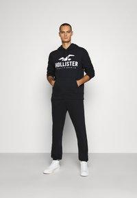Hollister Co. - RELAXED JOGGER - Spodnie treningowe - black - 1