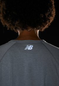 New Balance - RELENTLESS RINGER LONG SLEEVE - Camiseta de deporte - athletic grey - 4