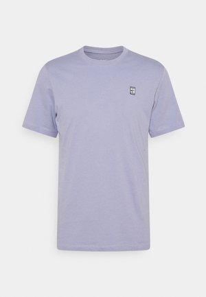 COURT TEE - Basic T-shirt - indigo haze/white