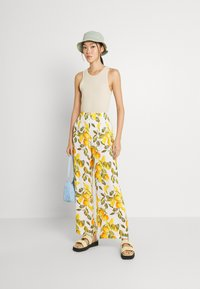 Never Fully Dressed - GROVE FREYA TROUSER - Trousers - white/yellow - 1