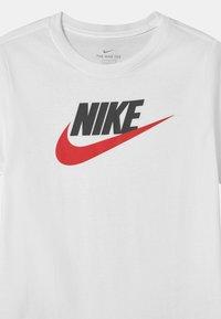 Nike Sportswear - FUTURA ICON TEE - Camiseta estampada - white/obsidian/university red - 2