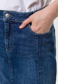 zero - MIT TASCHEN - Denim skirt - dark mid blue wash - 3