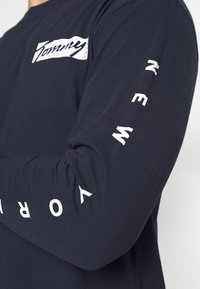 Tommy Jeans - LONGSLEEVE SCRIPT BOX TEE - Maglietta a manica lunga - twilight navy - 4
