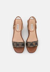Guess - NOLDO - Sandály na platformě - cognac - 5