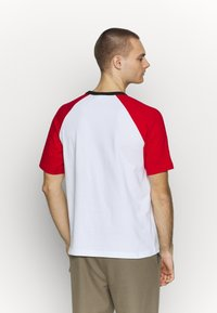 Lacoste LIVE - TH6185 - T-shirt con stampa - white/red/black - 2