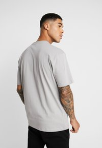 Topman - DISTORTED PHOTOGRAPHIC TEE - T-shirt con stampa - grey - 2