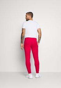 Tommy Hilfiger - CUFFED FLAG LOGO - Teplákové kalhoty - primary red - 2