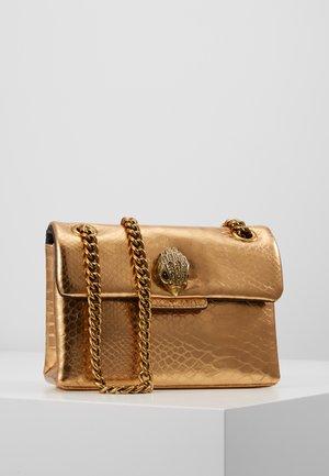 MINI KENSINGTON X BAG - Taška spříčným popruhem - gold