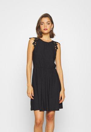 ONLSILJA LIFE DRESS  - Žerzejové šaty - black