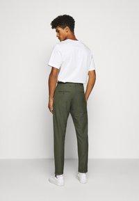 Les Deux - COMO SUIT PANTS SEASONAL - Trousers - deep forrest - 2