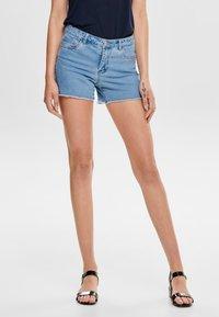 ONLY - AMAZE REG - Szorty jeansowe - light blue denim - 0