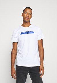 Jack & Jones - JORHARRY  TEE CREW NECK 3 PACK - T-shirt print - white/khaki/blue - 1