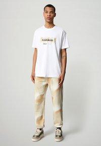 Napapijri - S-AIRBRUSH SS - T-shirt med print - bright white - 1