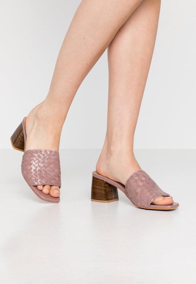 NADI - Pantofle na podpatku - taupe