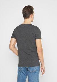 Tommy Hilfiger - STRETCH V NECK TEE - T-shirt - bas - black heather - 2