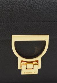 Coccinelle - ARLETTIS CROSSBODY - Handbag - noir - 5
