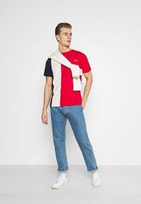 Lacoste - T-shirt print - rouge/naturel clair/marine - 1