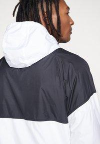 Nike SB - SHIELD SEASONAL - Kurtka sportowa - black/white - 3