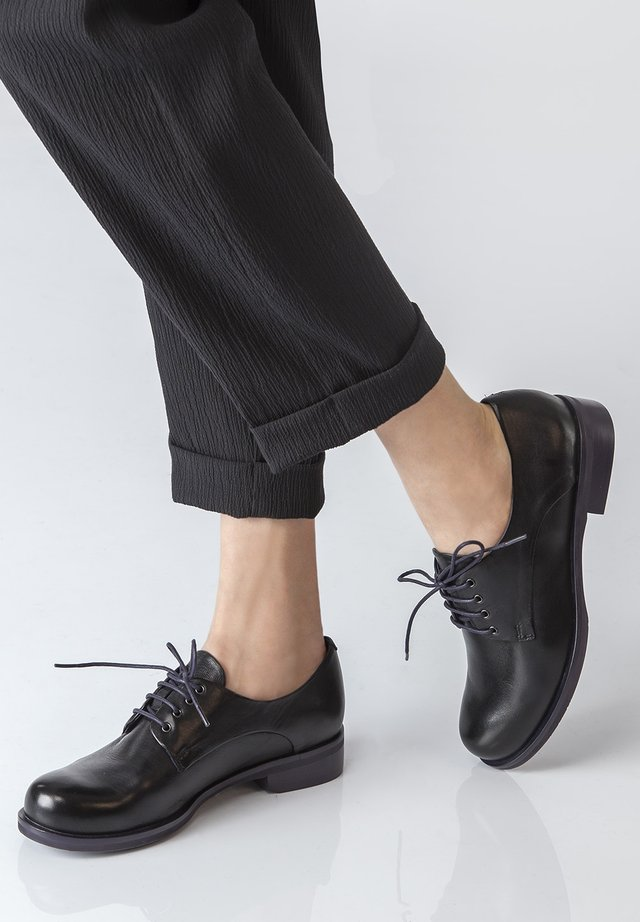 DERBIES - Sportieve veterschoenen - black
