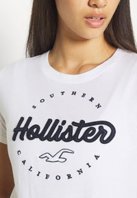 Hollister Co. - TECH CORE - Triko s potiskem - white circle - 5