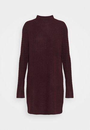 BLOCK RIBBED DRESS - Strikket kjole - plum