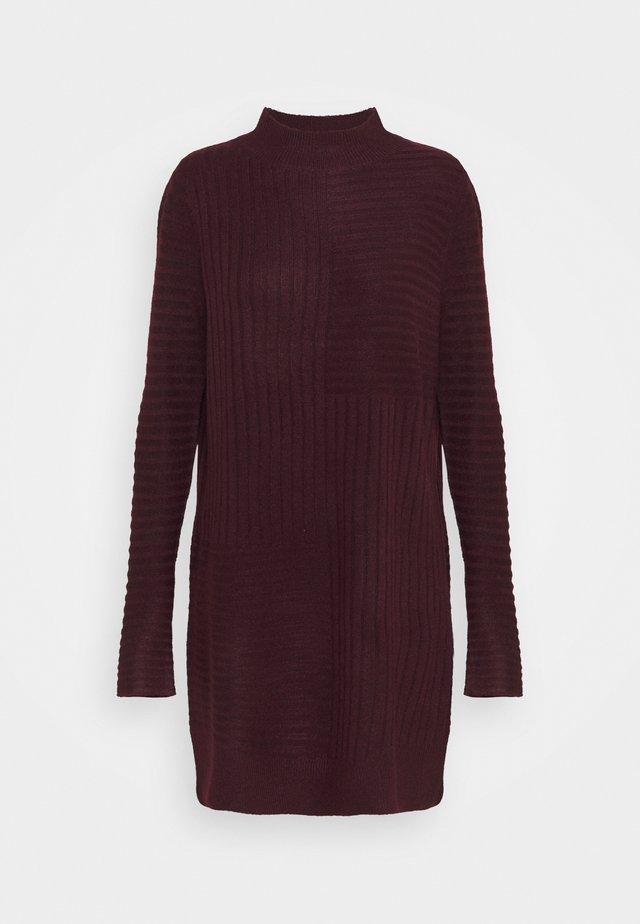 BLOCK RIBBED DRESS - Robe pull - plum