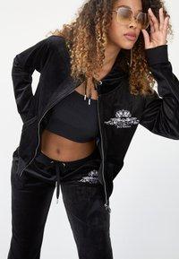 Juicy Couture - ANNIVERSARY CREST  HOODIE - Sweat à capuche zippé - black - 2