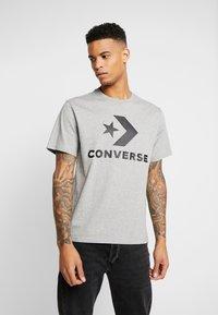 Converse - STAR CHEVRON TEE - Print T-shirt - mottled light grey - 0
