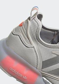 adidas Originals - ZX 2K BOOST UNISEX - Tenisky - grey one/silver metallic/solar red - 9