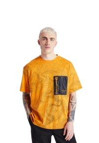 Timberland - ECORIGINAL EK+ POCKET - Print T-shirt - dark cheddar-black - 0