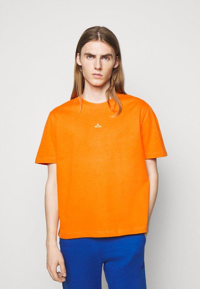 HANGER TEE - T-shirt print - orange
