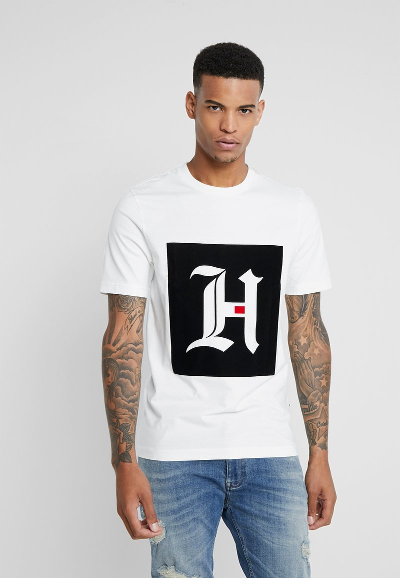 Tommy Hilfiger - LEWIS HAMILTON BOX LOGO TEE 08 - T-shirt med print - white