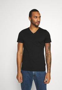 Burton Menswear London - SHORT SLEEVE V NECK 3 PACK - T-shirt basic - black/white/navy - 3