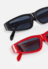 Urban Classics - SUNGLASSES LEFKADA UNISEX 2 PACK - Occhiali da sole - black/red - 2
