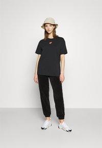 Nike Sportswear - TEE BOY LOVE - Triko spotiskem - black - 1