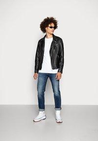 Topman - 5 PACK - T-shirts basic - white/black/grey - 0