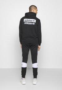adidas Originals - R.Y.V. MODERN SNEAKERHEAD HODDIE SWEAT - Bluza z kapturem - black - 2