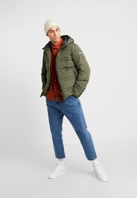 Scotch & Soda - CLASSIC HOODED PRIMALOFT JACKET - Vinterjacka - army