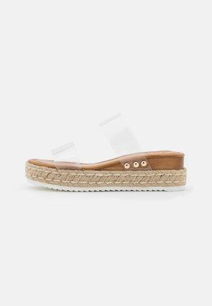 SAVANNAH - Pantofle na podpatku - clear