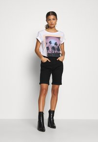 Pieces Petite - PCASALI TEE - T-shirts print - bright white - 1