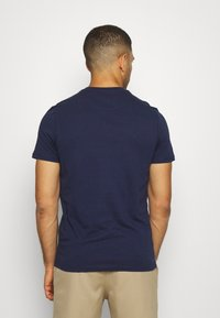 Lyle & Scott - CONTRAST POCKET - Print T-shirt - navy/ dusky lilac - 2
