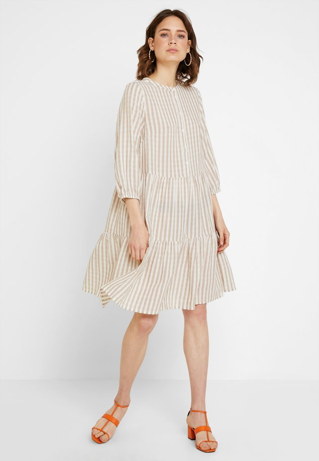 NOOR STRIPE DRESS - Skjortekjole - sand