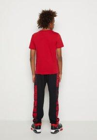 Jordan - JUMPMAN AIR - T-shirt con stampa - gym red - 2